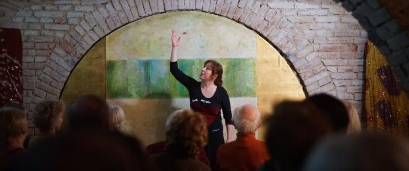 Karin Wedra auf einem Erzählabend in München